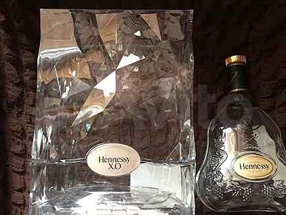 Пустые бутылки в коробках из под виски. коньяка